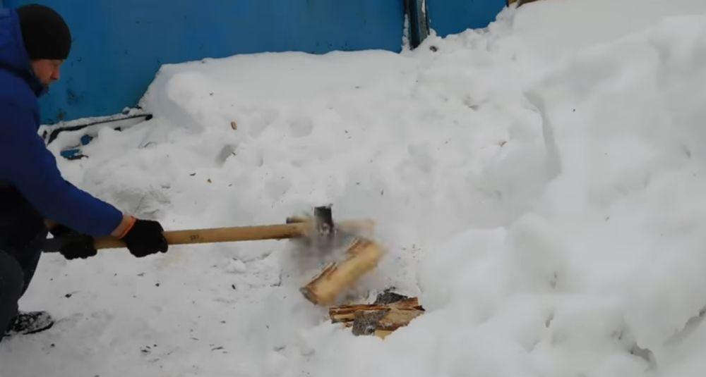 Колка дров зимой