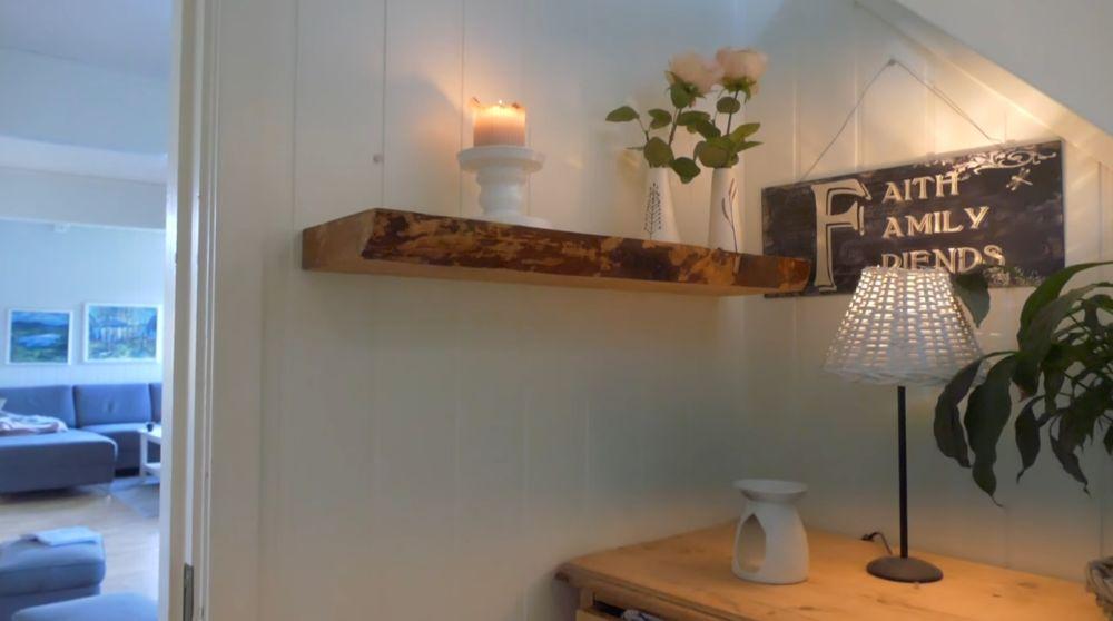 Полка из массива древесины на стене