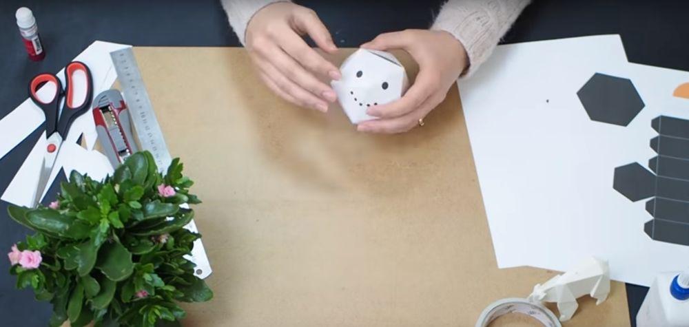 Процесс изготовления снеговика оригами шаг 12