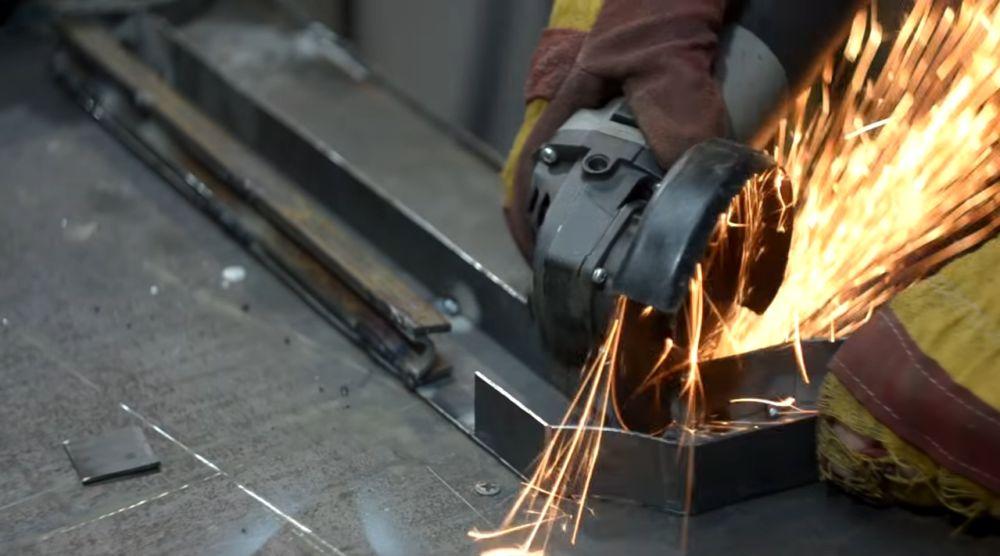 вырезаем окошки для спускового механизма.
