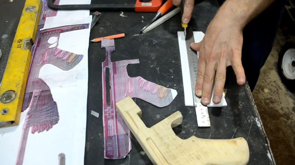 Из вспененного ПВХ-пластика вырезаем несколько полосок