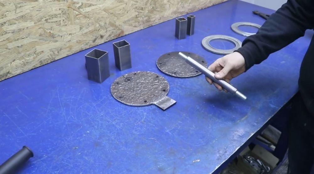 Отрезаем фрагмент полдюймовой трубы