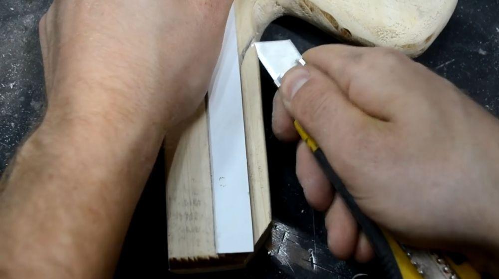 Из вспененного ПВХ-пластика клеем несколько полосок