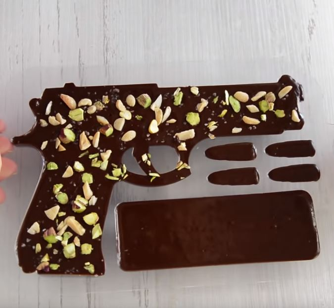 Процесс изготовления шоколадного пистолета шаг 16
