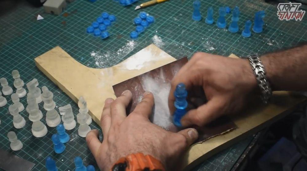 Процесс изготовления шахмат из эпоксидной смолы шаг 16