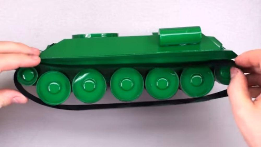 Процесс изготовления танка из картона шаг 17