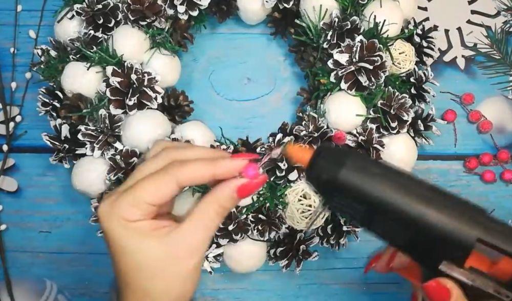 Процесс изготовления рождественского венка шаг 18