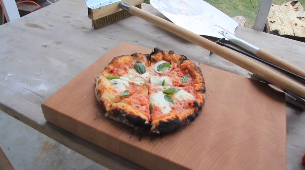 Свежая пицца из печи