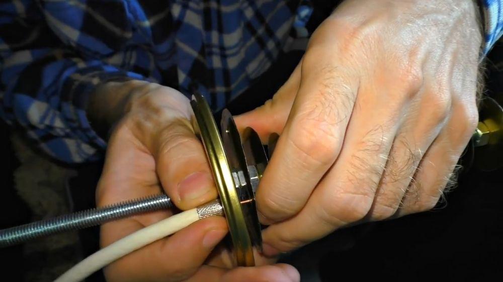 Продеваем центральную жилу кабеля в отверстие на 1,5 см