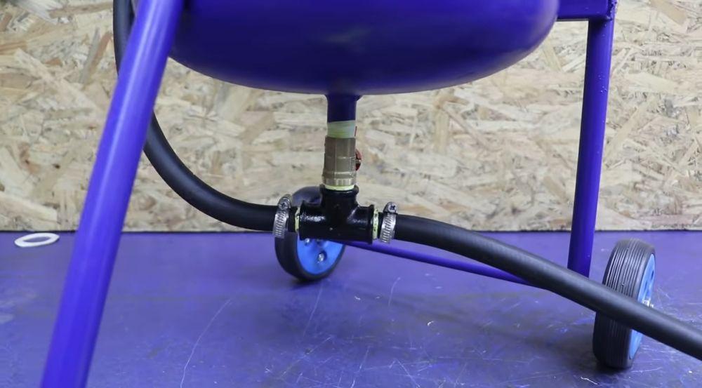 Подсоединяем кислородный шланг к установке через штуцера