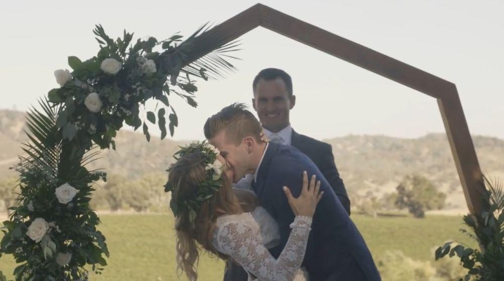 Свадьба на фоне арки
