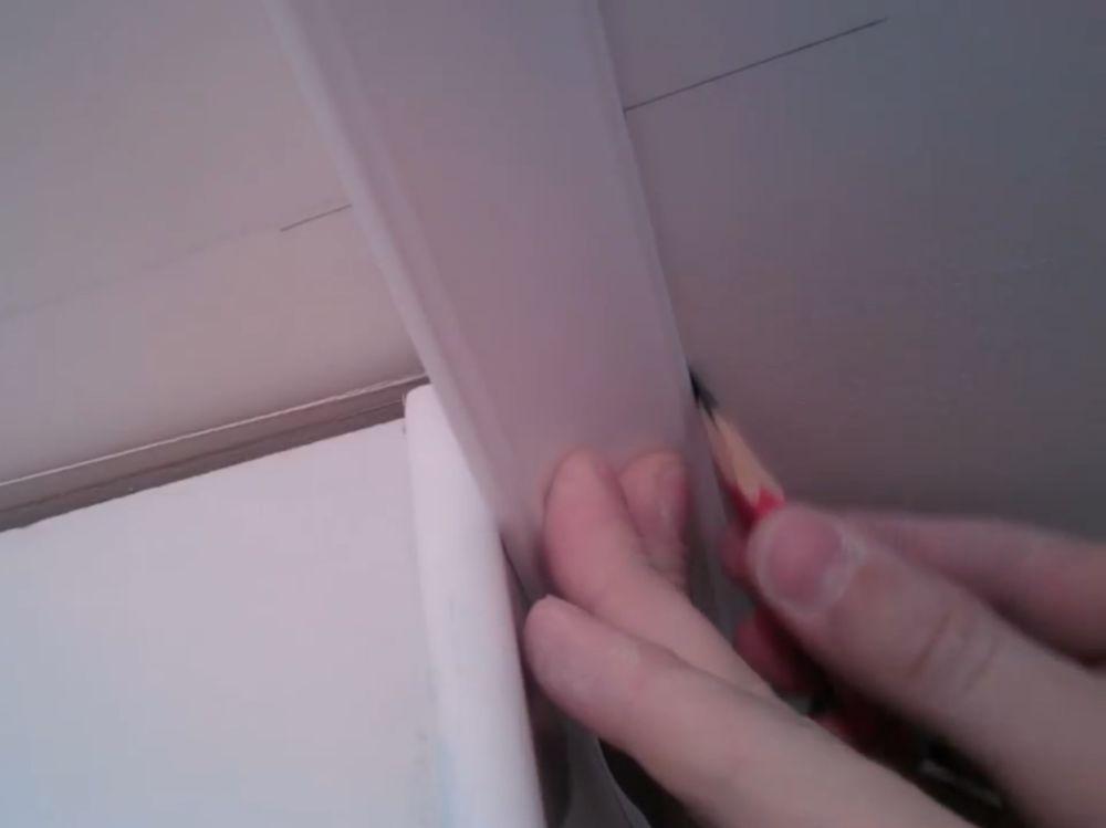 Процесс стыковки плинтуса во внешний угол шаг 3