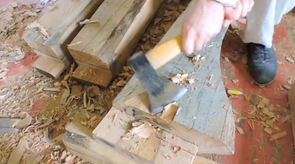 Подтесывание балок топором