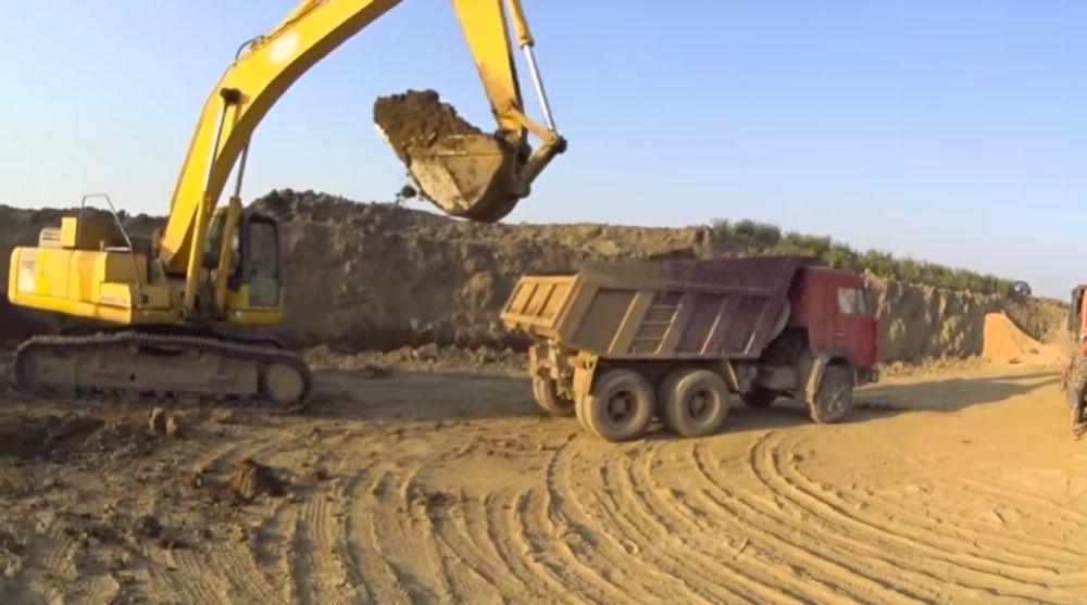 Заготовка глины в карьере