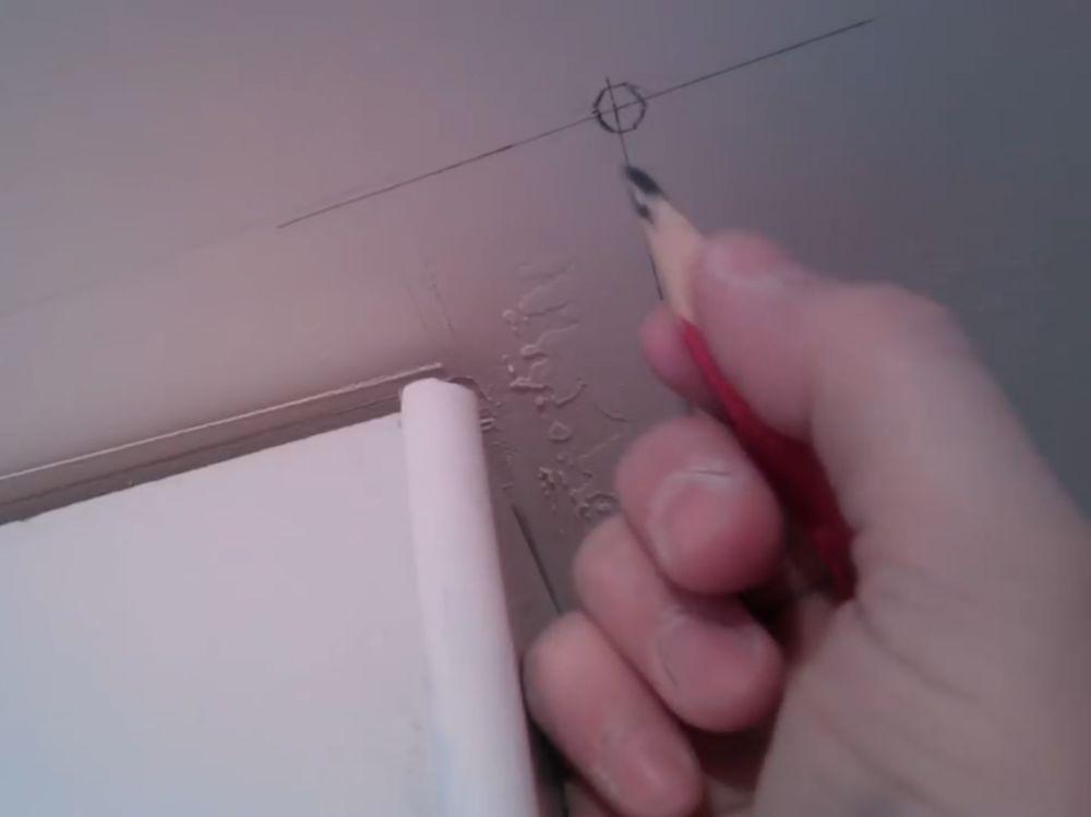 Процесс стыковки плинтуса во внешний угол шаг 4