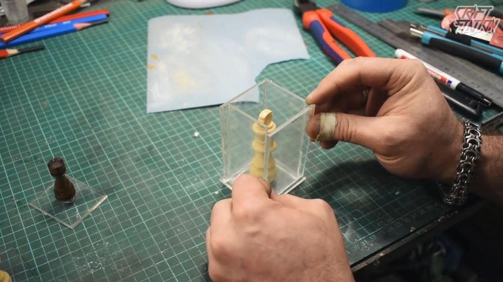 Процесс изготовления шахмат из эпоксидной смолы шаг 5