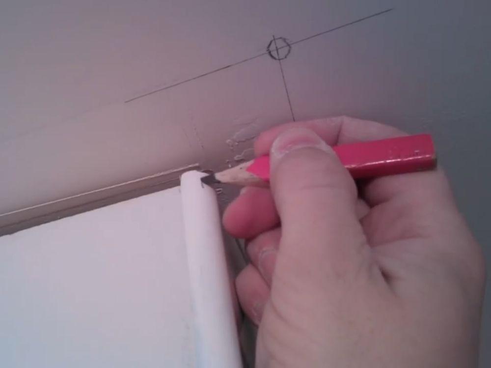 Процесс стыковки плинтуса во внешний угол шаг 5