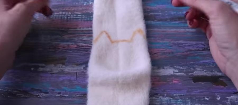 Процесс изготовления кошки из носков шаг 6
