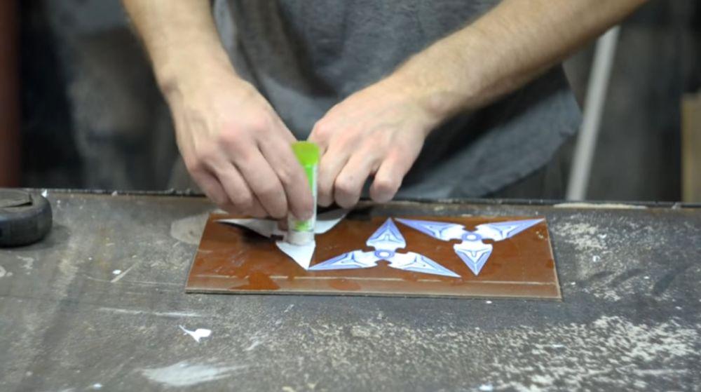 Приклеиваем на лист текстолита вырезанные шаблоны