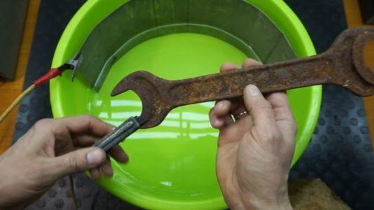 подключаем зарядное к обрабатываемому металлу