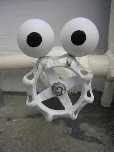 Магнитные глаза из теннисных мячиков