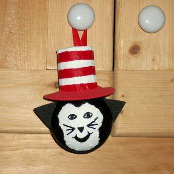 Кот в шляпе из папье-маше