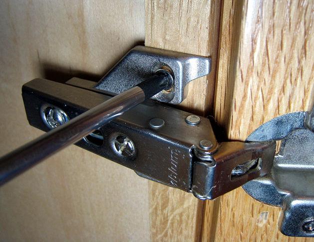 Регулировка дверей шкафа