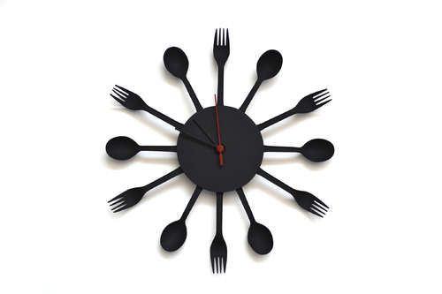 Часы из одноразовых столовых приборов