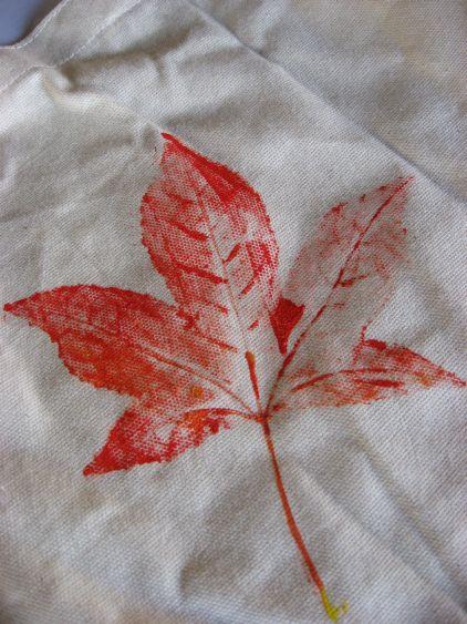 Детские поделки: отпечатки листьев на ткани