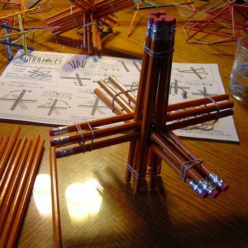 Геометрическая скульптура из карандашей