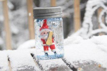 Детские поделки: снеговик за стеклом