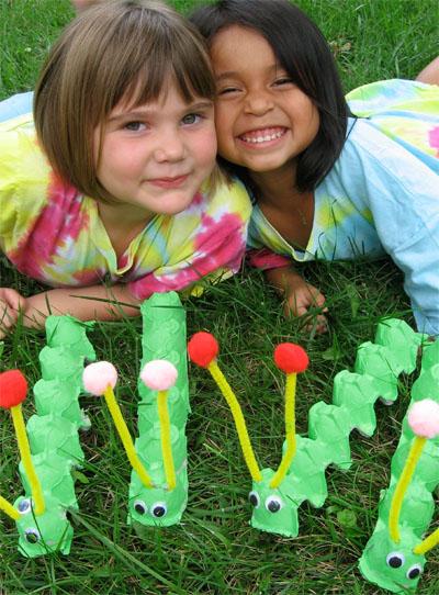 Поделки для детей: гусеница из лотка из-под яиц