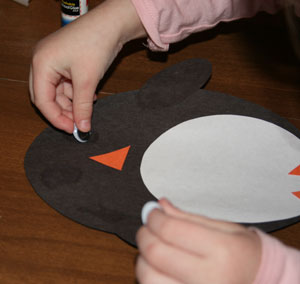 Аппликация из ткани: овальный пингвин