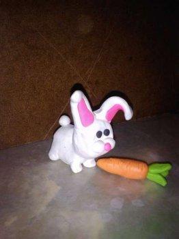 Детские игрушки: кролик из глины