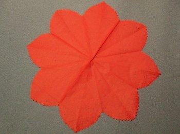 Искусственные цветы из бумаги и пластиковых трубочек