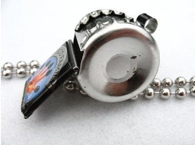 Самодельный свисток из бутылочных пробок