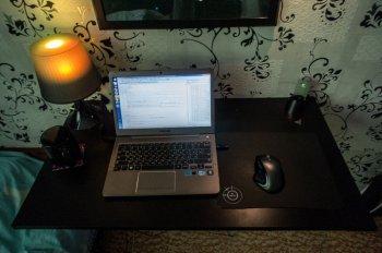 Компактное складное рабочее место для ноутбука