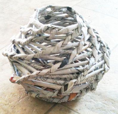 Оригинальные плетеные вазы из газет