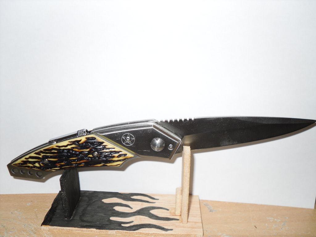 Подставка для охотничьего или декоративного ножа