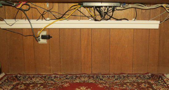 Избавляемся от запутанных проводов под рабочим столом…