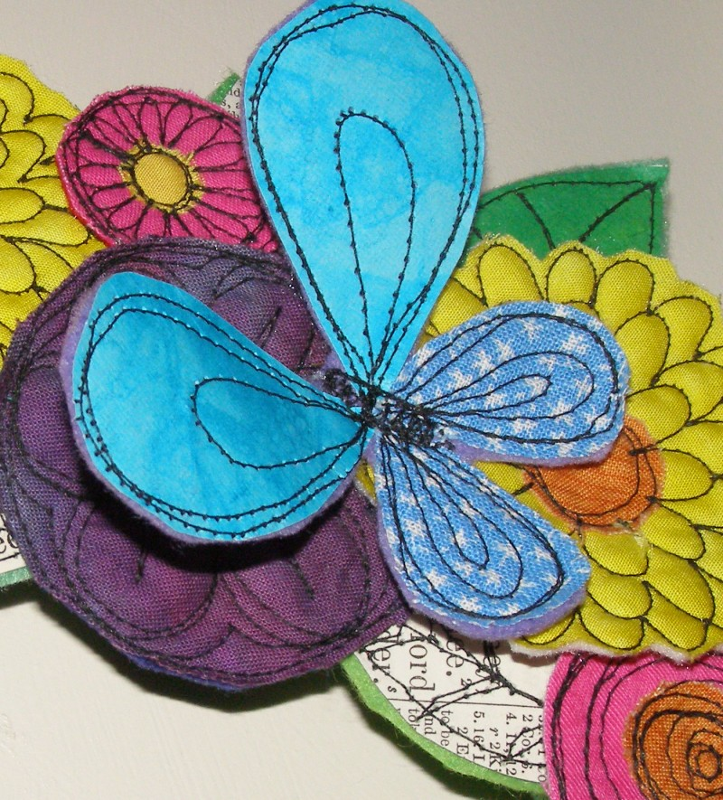 Декоративный венок из тканевых цветков