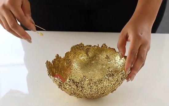 Эффектная ваза из клея и блесток