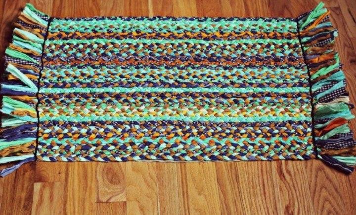 Клееный коврик из старой одежды