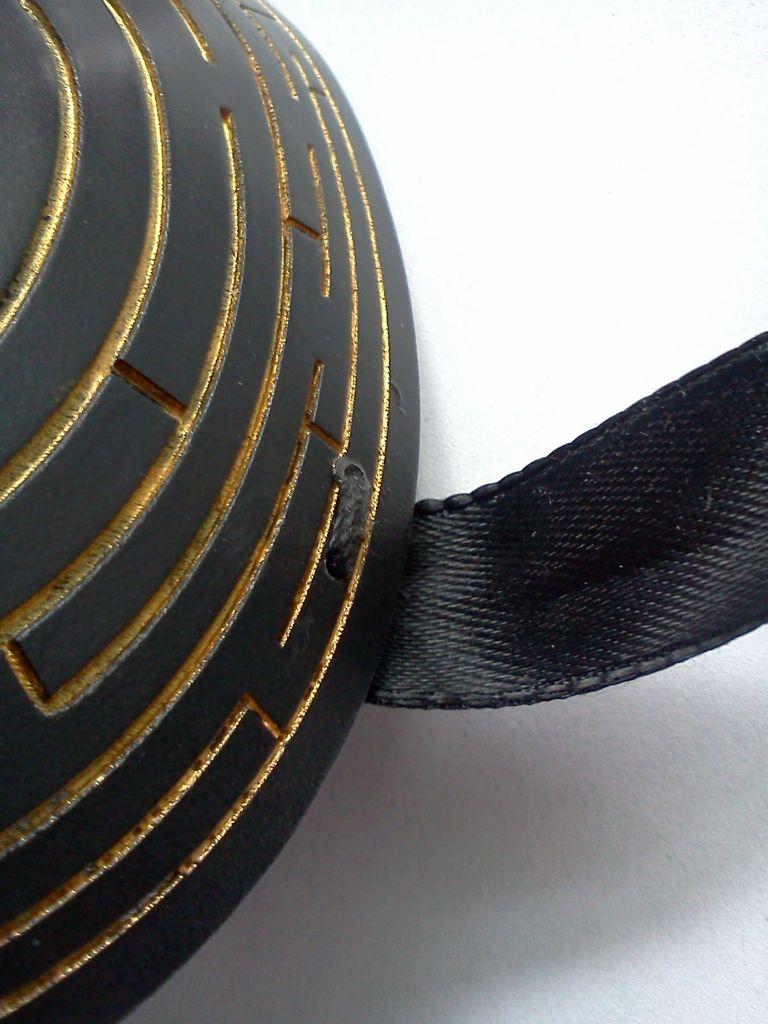 Черная карнавальная маска методом лазерной резки