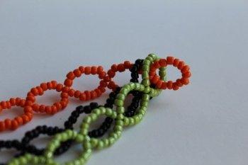 Трехцветный браслет из бисера