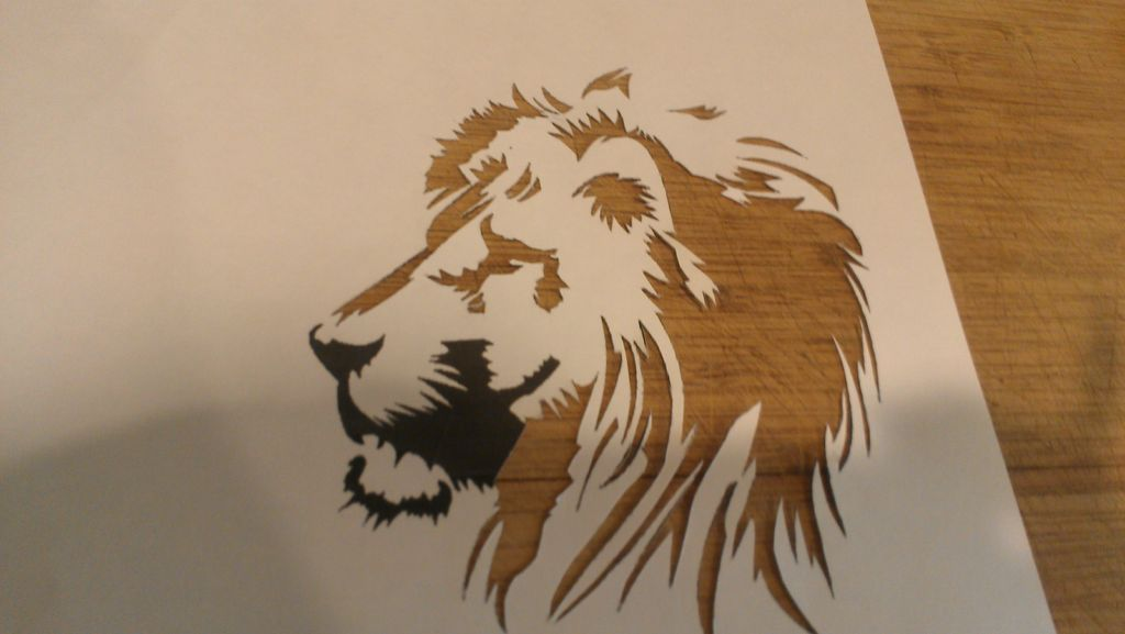 Рисование спреем с помощью трафарета