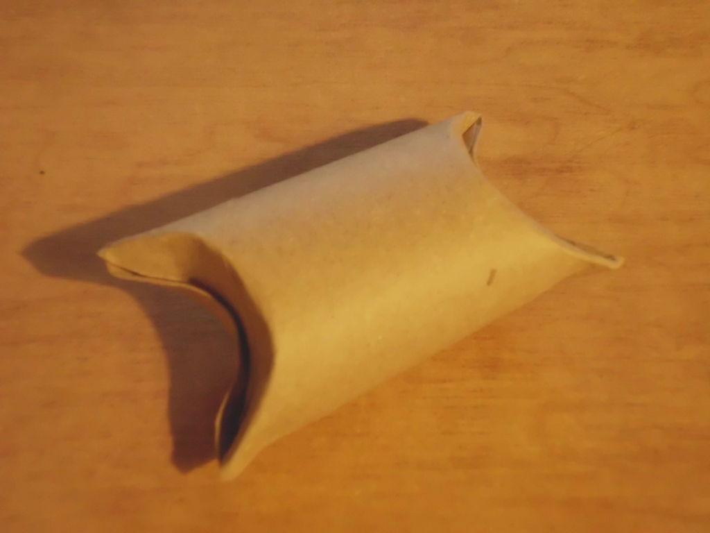 Изготовляем мешочки для сладостей из туалетных рулонов