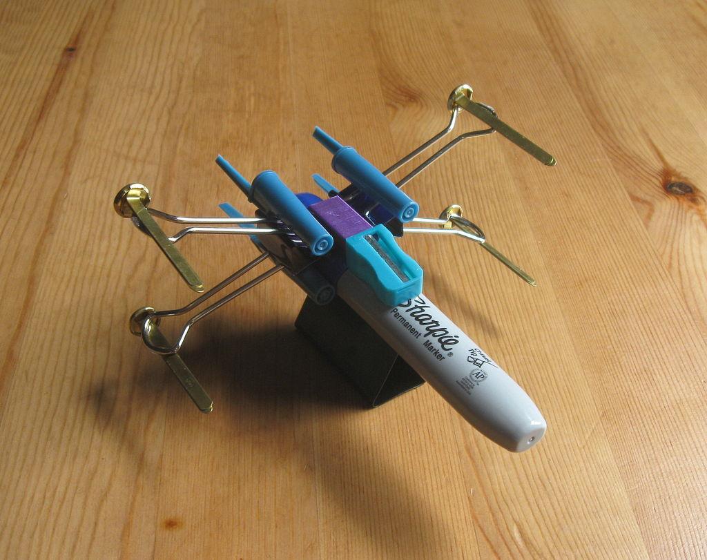 Истребитель X-Wing из канцелярских принадлежностей