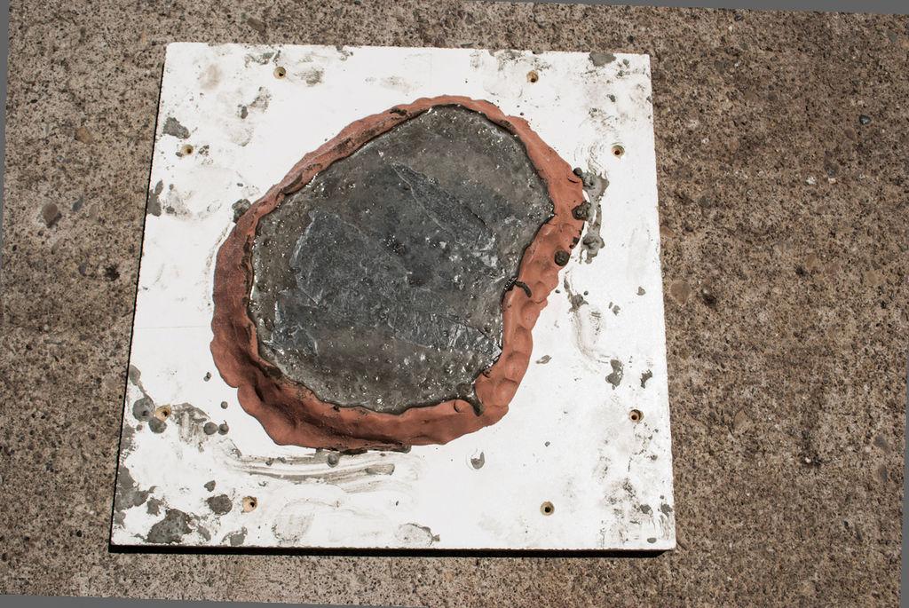 Рисунок на камне в форме листочка