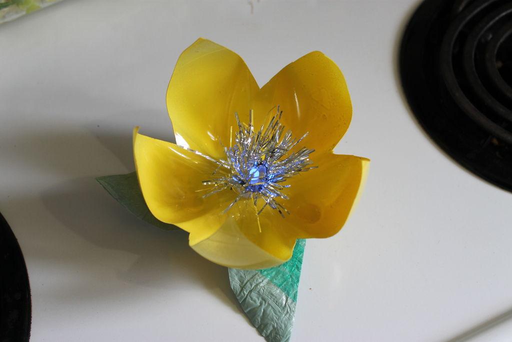 Декоративные цветы из пластика своими руками
